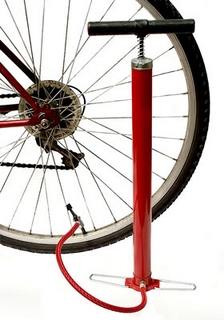 Велосипедный насос возле колеса велосипеда