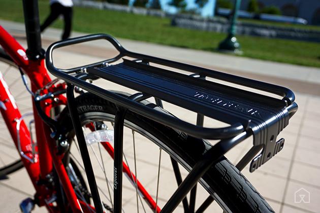 Багажник, установленный над задним колесом велосипеда