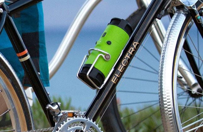 Велобутылка закреплена на раме велосипеда