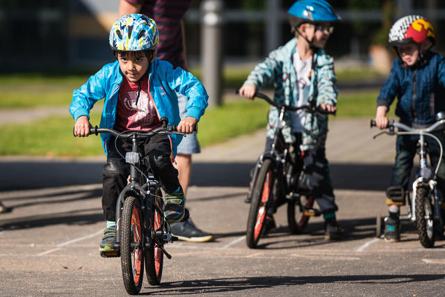Шестилетние мальчики на детских велосипедах