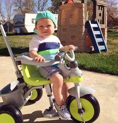 Годовалый малыш на детском велосипеде