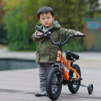 Мальчик 3 лет с детским велосипедом