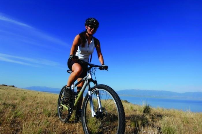 Девушка на спортивном велосипеде