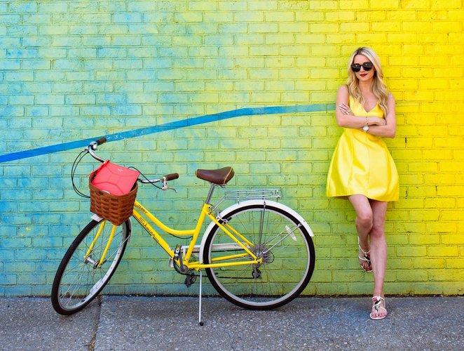 Девушка с желтым велосипедом