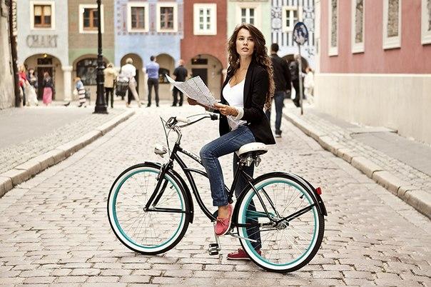 девушка на велосипеде в городе