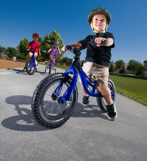 Мальчик на двухколесном детском велосипеде