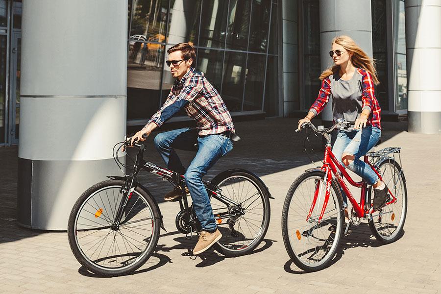 Мужчина и женщина едут на городских велосипедах Forward