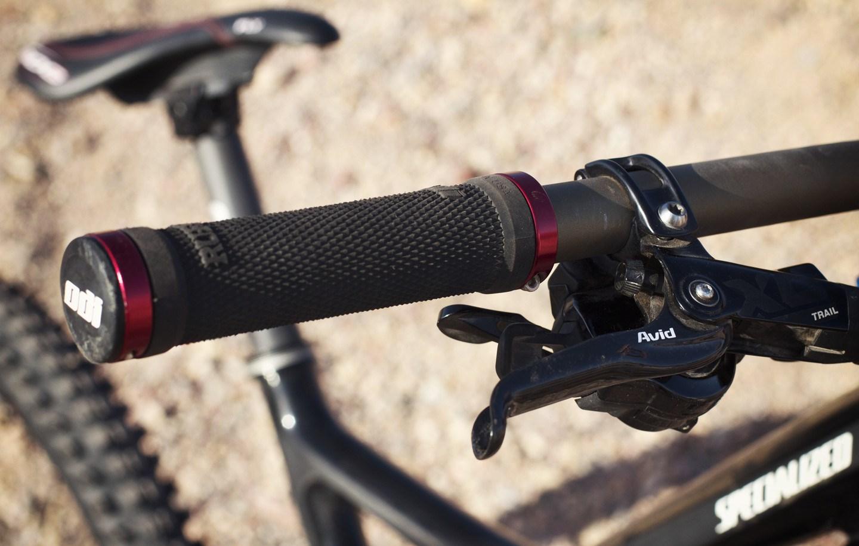 Черные грипсы надетые на руль горного велосипеда