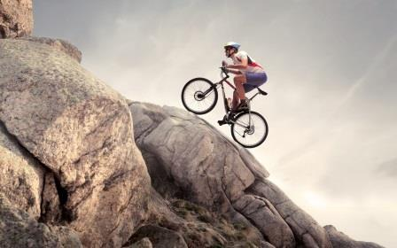 Парень на горном велосипеде в горах