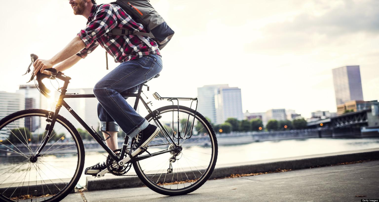 Мужчина едет на городском велосипеде
