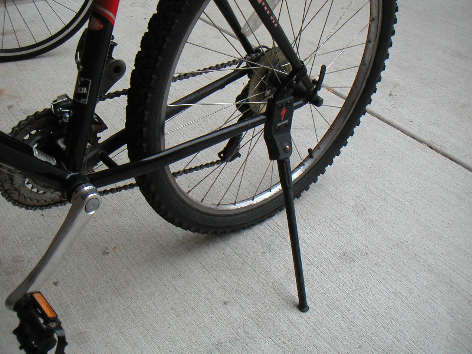Велосипедная подножка на задней части рамы велосипеда