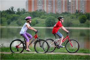 Подростки едут на велосипедах Stels