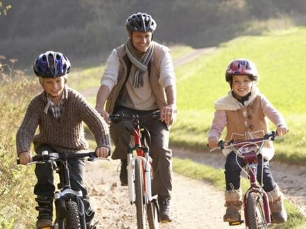 Подростки с отцом на велосипедах