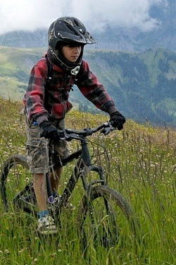 Подросток на велосипеде с диаметром колес 24 дюйма
