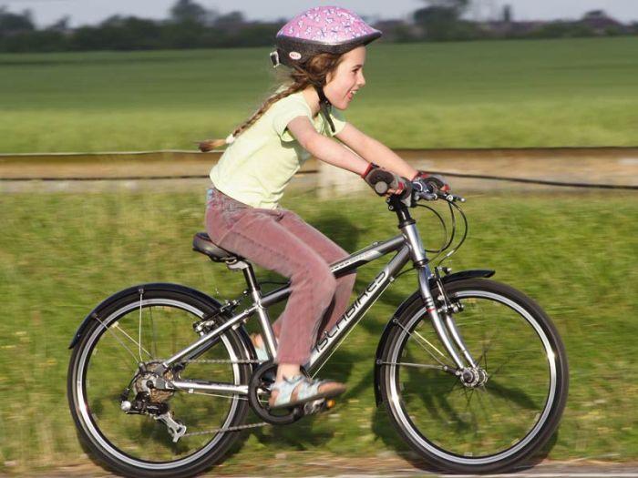 Девочка на подростковом велосипеде