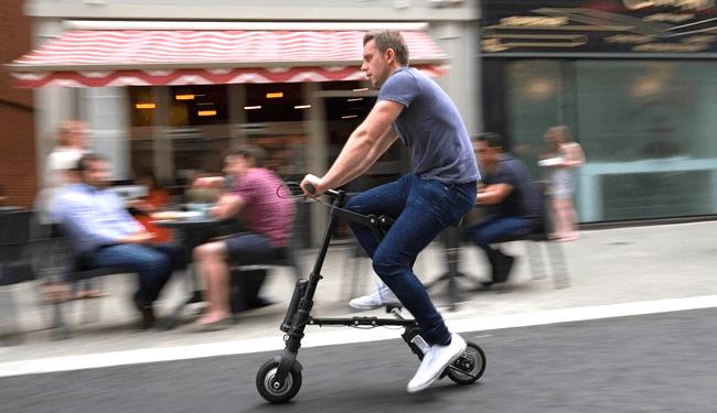 Складной маленький велосипед в движении