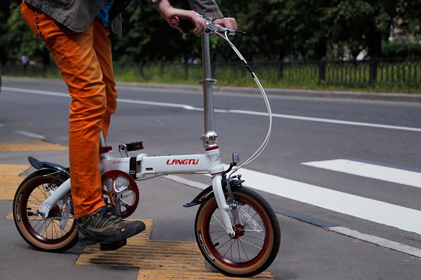 Складной городской велосипед Langtu на тротуаре