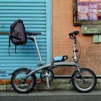 Складной велосипед Langtu с 16-дюймовыми колесами у стены