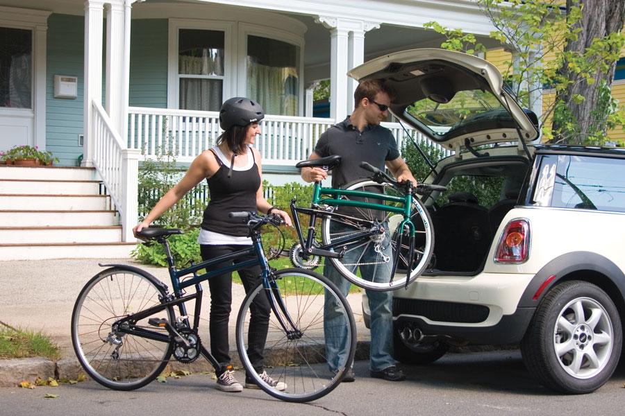 Два складных велосипеда с легкой вмещаются в багажник автомобиля