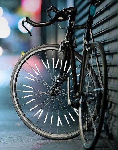 Светоотражающие накладки для спиц установленные на городском спортивном велосипеде