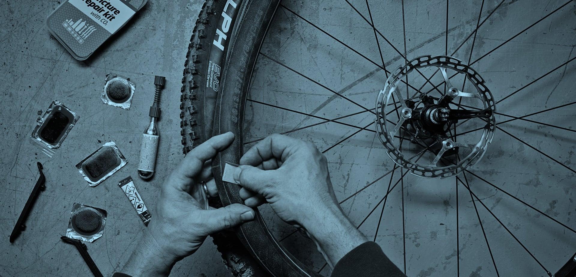 Ремонт велосипедной камеры с помощью велоаптечки FLAT-FIX Weldtite