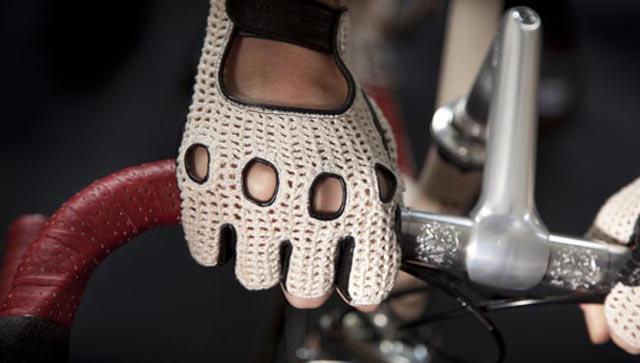 Велосипедная перчатка на руке велосипедиста