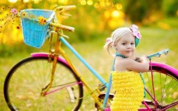Девочка возле велосипеда