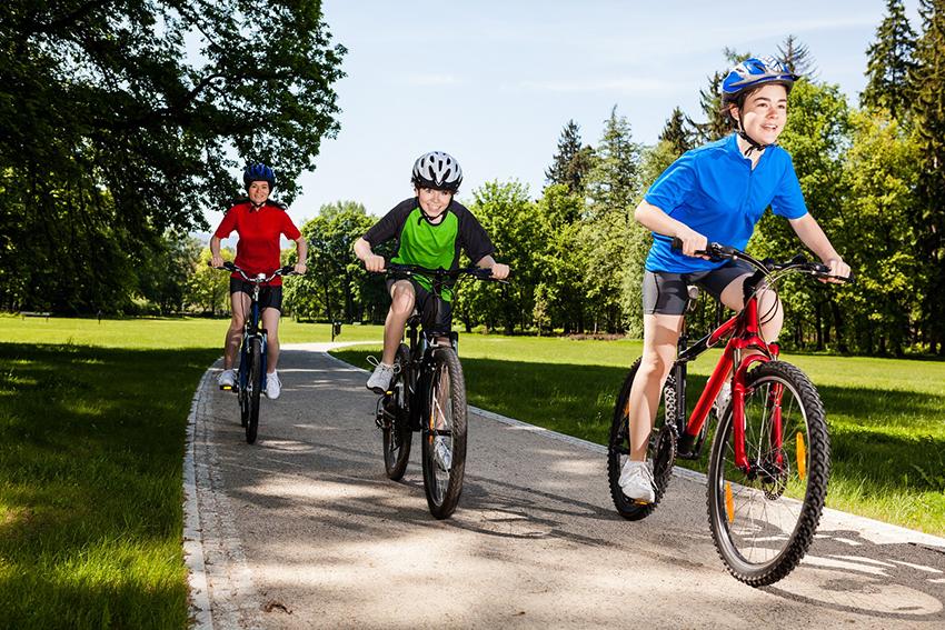 Подростки на горных велосипедах
