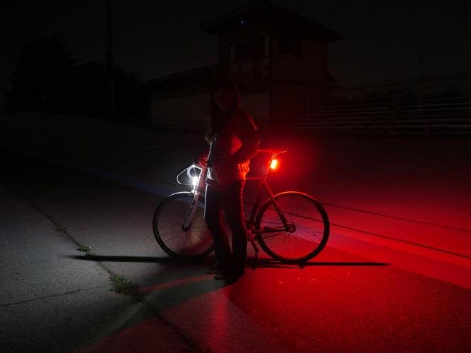 Вид велосипеда со светодиодными фонарями ночью