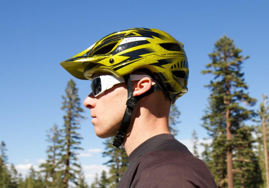 Велосипедист в специальном шлеме для безопасной езды на велосипедете