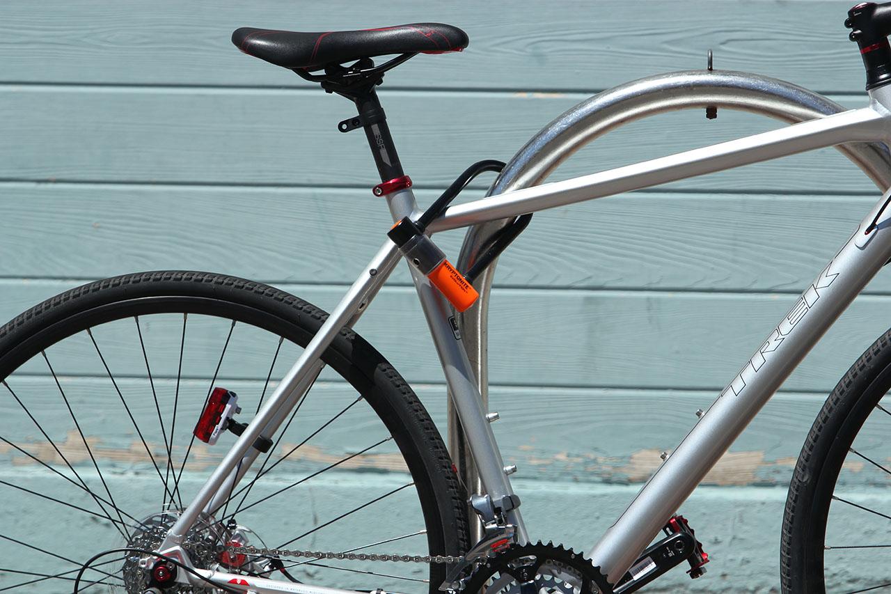 Велосипед пристегнут надежным замком типа U-Lock