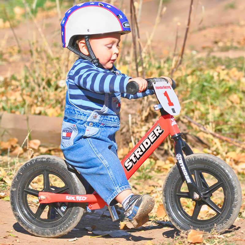 Двухлетний ребенок на велосипеде-велобеге