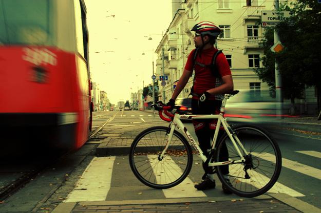 Велосипедист с байком Forward на улице города
