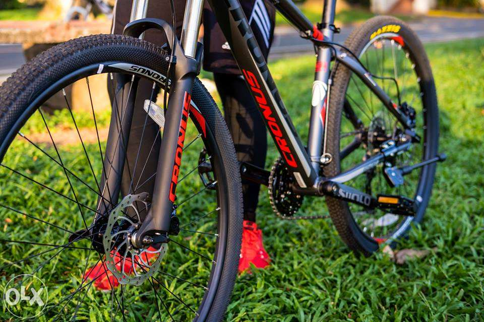 Велосипедист с велосипедом Cronus