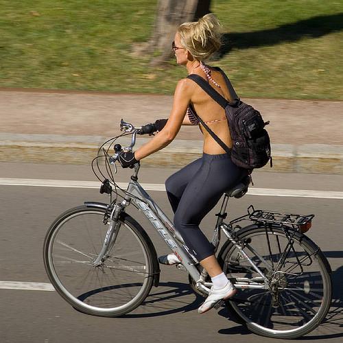 Женщина едет на городском велосипеде STELS
