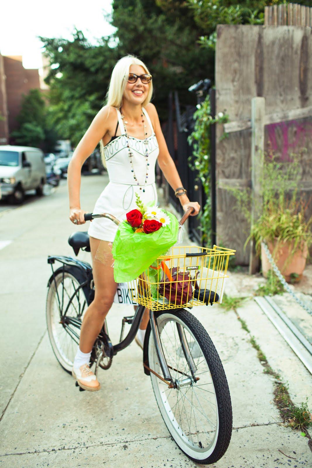 Девушка на прогулочном велосипеде